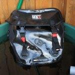 Wasseredichte Fahrradtasche schwimmt im Wasser