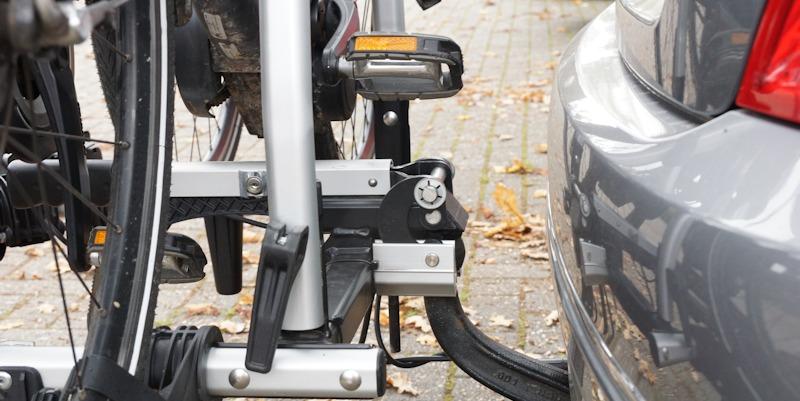 Befestigung vom Fahrradträger auf der Anhängerkupplung mit Fahrrädern