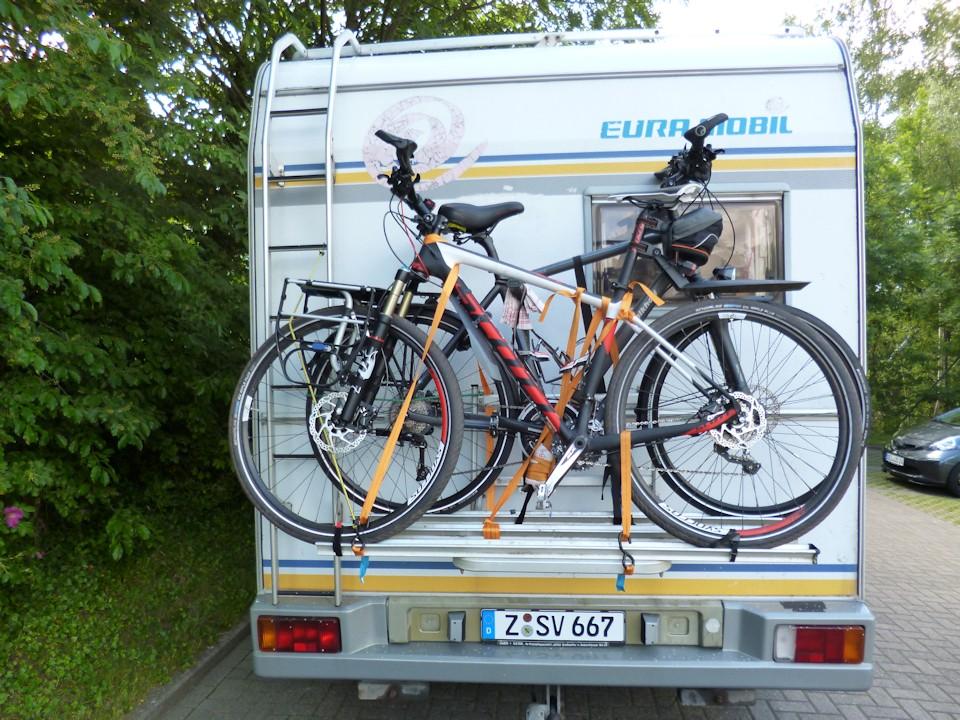Wohnmobil mit Fahrradträger und zwei Fahrrädern