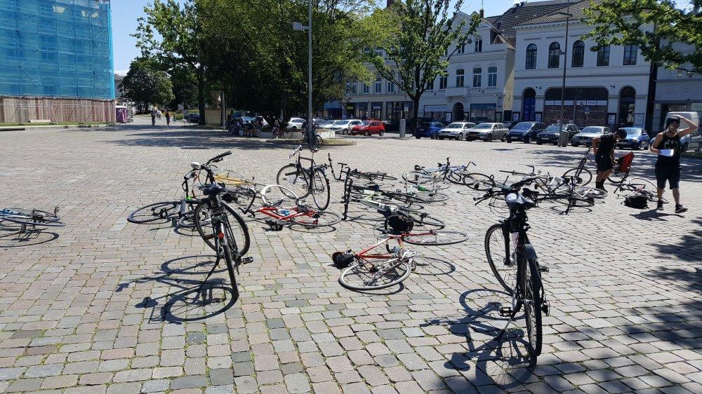 Fahrräder liegen vor dem Start auf dem Boden