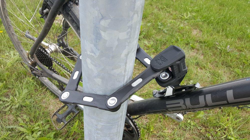 Fahrrad abgeschnlossen an Laterne mit Abus Bordo Granit xplus 6500