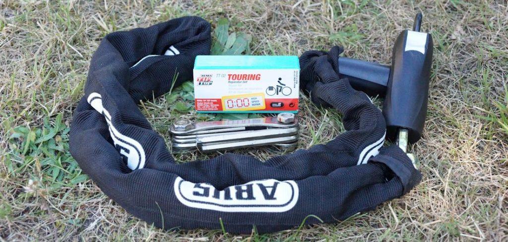 Inhalt der Tasche mit Fahrradschloss