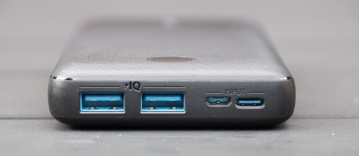Anschlüsse an einer Powerbank mit USB-C und Mikro-USB