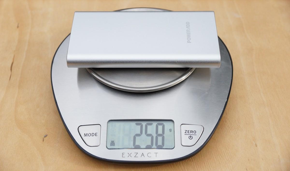 Powerbank auf Waage für Gewicht